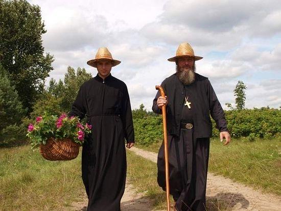 Отец Гавриил с послушником. Фото Ежи Калины