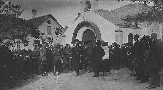 Генерал Врангель перед русской церковью в 1926 г.