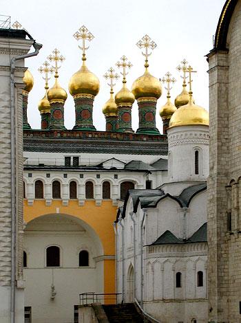 Комплекс Теремных церквей Московского Кремля. В центре – глава Распятской церкви