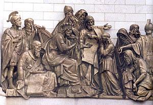Западный фасад Храма Христа Спасителя. Давид в собрании вельмож передает Соломону черчежи храма.