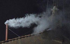 Дым из трубы, возвестивший, что новый папа Римский избран