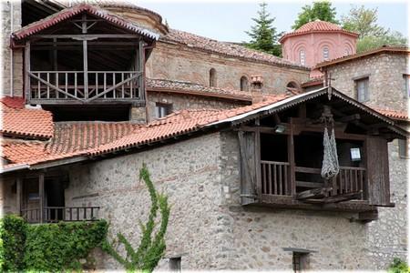 Монастырь в Метеорах с сеткой для подъема