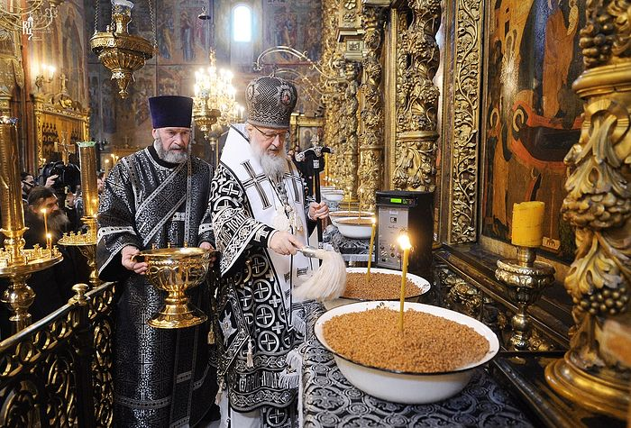 Blessing the koliva. Photo: Patriarchia.ru