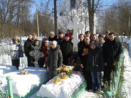 Протоиерей Алексий Сорокин с прихожанами у могилы св. прав. Александра Вологодского (Баданина)