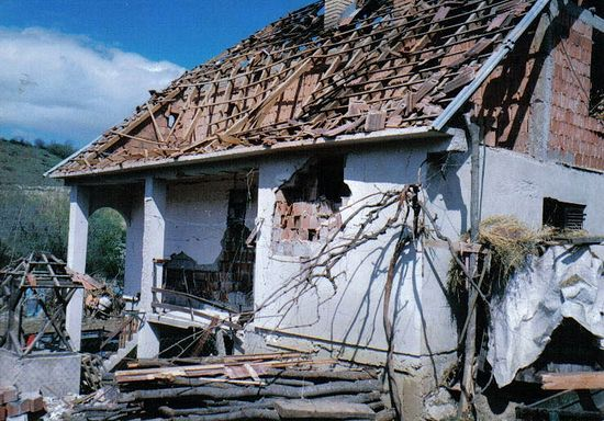 Кућа Живка Мицића после напада НАТО бомбардера