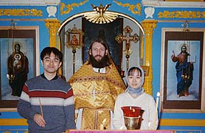 Садакацу с невестой и отцом Анатолием в храме
