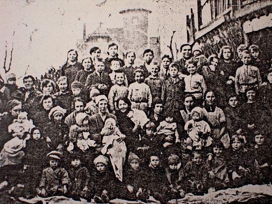 А.А. Кузьмина-Караваева с детьми, прибывшими в Бельгию. Глен (Льеж), 1923 г. Архив русской эмиграции