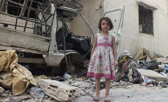 Девочка в розовом платье позирует на улицах Хомса. Июль 2012 Фото: REUTERS / Yazen Homsy