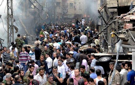 Люди на месте взрыва двух заминированный автомобилей в христианском районе Дамаска. Ноябрь 2012 г.1. STR / AFP / Getty Images