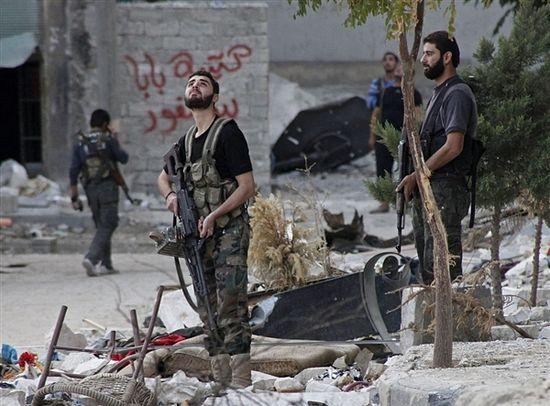 Боевики высматривают в небе истребители ВВС Сирии. Алеппо, октябрь 2012 г. Zain Karam / Reuters