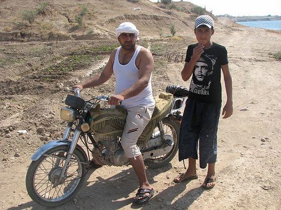 Хамса на своем мотоцикле. Как его старшие братья, он собирался вскоре поехать на заработки в Италию. Можно только предполагать, что с ним сегодня