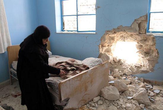 Игуменья монастыря Рождества Пресвятой Богородицы в Седнайе показывает келью, в которую в ночь на 29 января 2012 попал снаряд, когда монастырь был обстрелян боевиками. Фото SANA