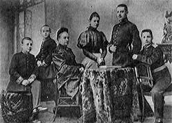 Сергей Симанский с сестрой и братьями у бабушки Анны Петровны Симанской.