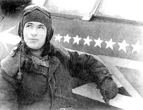 Летчик Николай Скоморохов у своего истребителя. 1943 г.