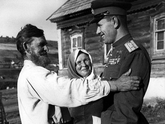 Летчик Николай Скоморохов с родителями