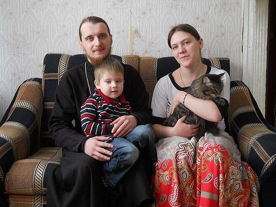 Отец Сергий Протасов с женой Татьяной, сыном Тихоном и котом Мосей. Фото: М.Бирюкова