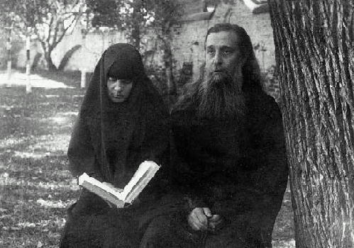 Архимандрит Сергий и монахиня Елизавета в саду Марфо-Мариинской обители