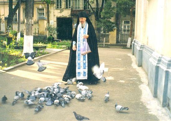Архимандрит Антоний (Гулиашвили) во дворе Александро-Невской церкви в Тбилиси