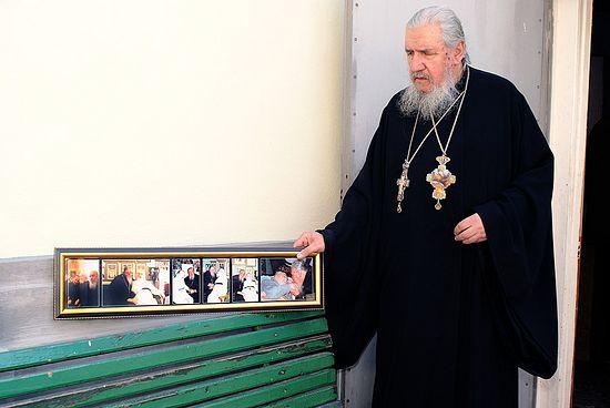 Архимандрит Антоний (Гулиашвили) с фотографиями отца Иоанна (Крестьянкина)