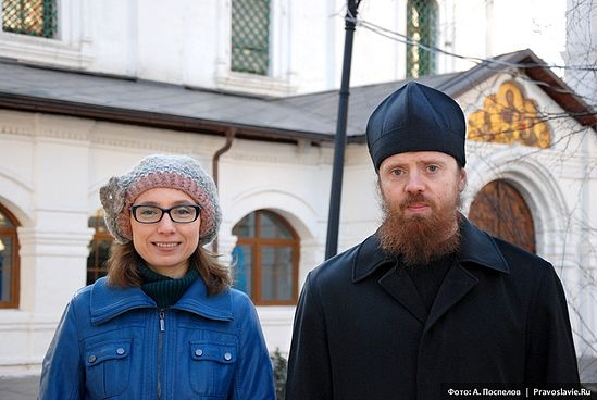 Игумен Нектарий (Морозов) и Елена Балаян в Сретенском монастыре. Фото: А.Поспелов / Православие.Ru