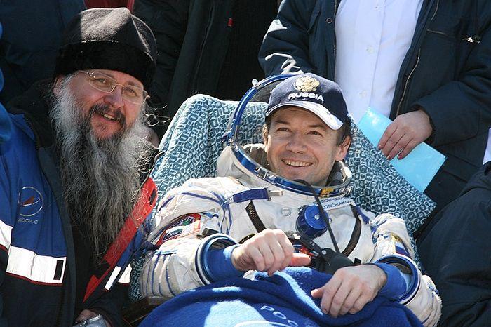 Отец Иов и космонавт Юрий Лончаков сразу после приземления. Казахская степь