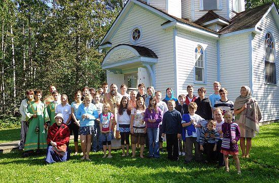 Епископ Иов с прихожанами после литургии