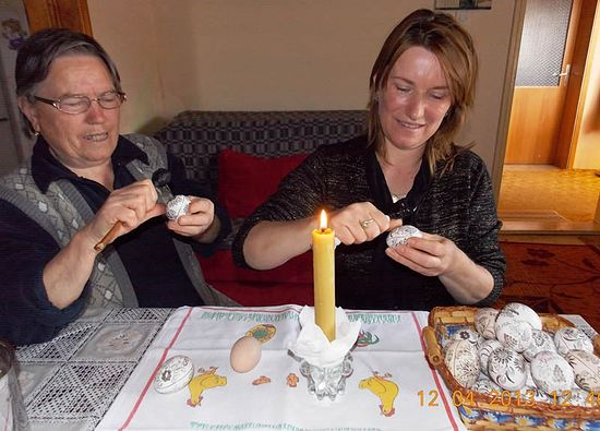 Смиља и њена мајка Вера шарају јаја