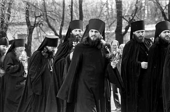 Отец Василий среди братии. Пасха 1990 г.