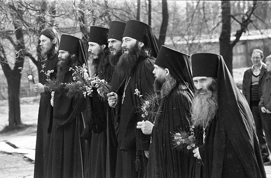 Пасха в Оптиной пустыни. 1990 г. В центре отец Василий, справа отец Илий. Фото: Оптина.Ru