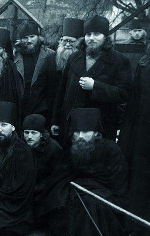 Отец Ферапонт в нижнем ряду справа