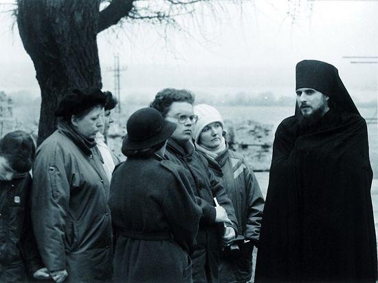 Отец Василий беседует с паломниками
