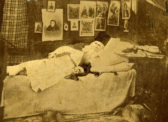Преподобный Амвросий, лежащий на кровати по болезни