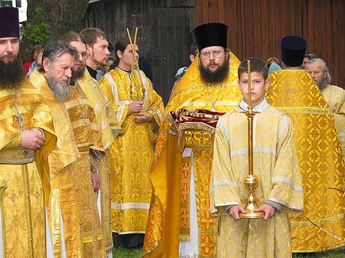 В ожидании Владыки... (в центре - настоятель Раквереского храма священник Александр Лебедев)
