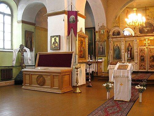 Интерьер храма и рака с мощами священномученика Сергия