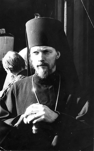 Вологда, апрель 1993 г. Епископ Максимилан на вокзале
