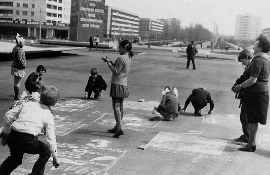 Начальные страницы летописи г.Припяти датируются 4 февраля 1970 года, когда был забит строителями первый колышек и вынут первый ковш земли.