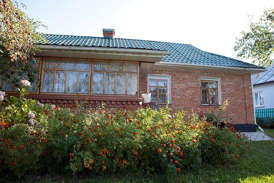 Родительский дом, в котором владыка принял святое крещение, он передал Головчинецкому монастырю