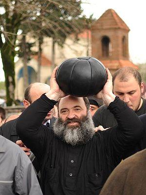 Священник с мячом для игры в «лело бурти»