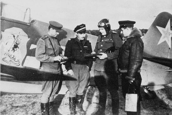 Летчики 303 ИАД возле Як-3, принадлежавшего командиру 303 ИАД Г.Н. Захарову. Слева направо: майор Кристинский, лейтенант Жозеф Риссо, генерал-майор Захаров, майор Заморин. Весна 1945 г.