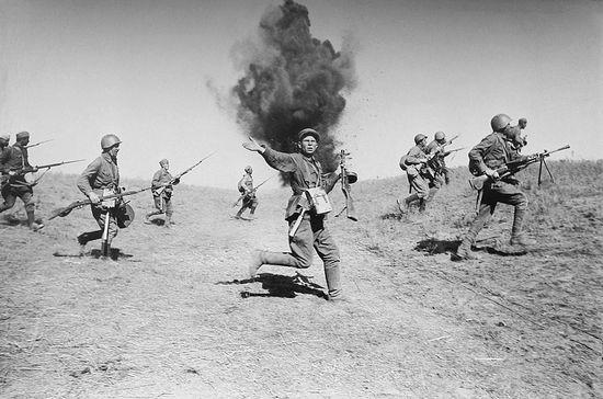 Атака стрелковых частей (пехоты) Красной армии в районе Сталинграда. В центре неизвестный командир с пистолетом пулеметом ППШ-41