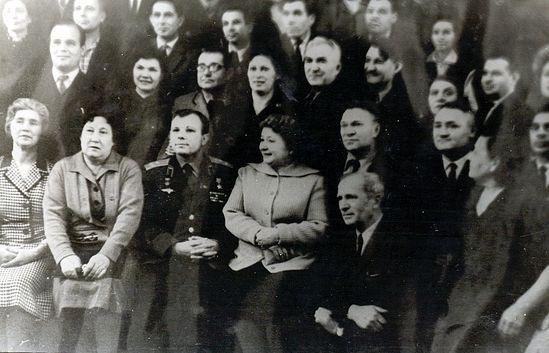 Посещение Ю.А. Гагариным техникума, А.Н. Дзякович у него за спиной