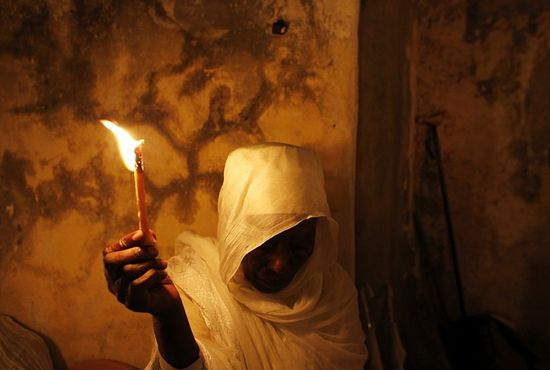 An Ethiopian Orthodox worshipper holds a candle during the Holy Fire ceremony at the Ethiopian section of the Church of the Holy Sepulchre in Jerusalem's Old City May 4, 2013. Photo: Reuters