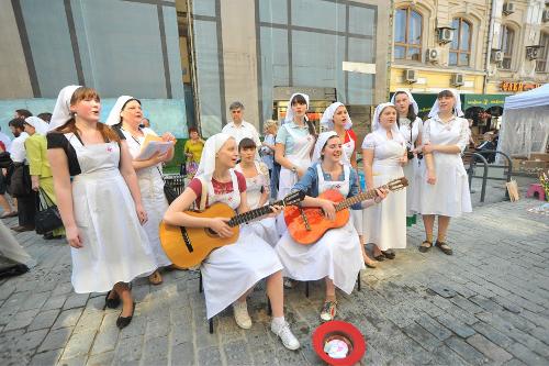 Учащиеся Свято-Димитриевского училища сестер милосердия поют для публики