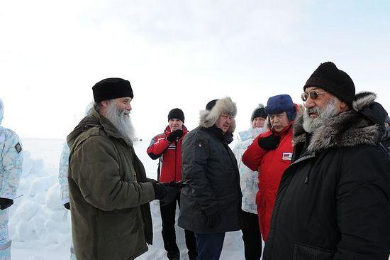 С делегацией представителей государств - членов Арктического совета на Северном полюсе