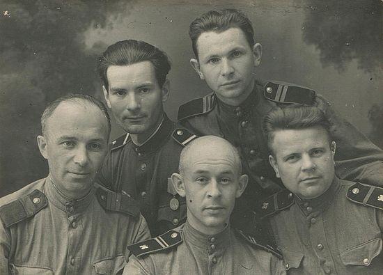 Герасим Иванов (верхний ряд) с однополчанами