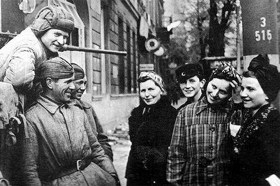 Первый день мира в Берлине. Советские солдаты общаются с мирными жителями. Фото: Военный альбом waralbum.ru: военные фотографии 1939, 1940, 1941-1945 годов