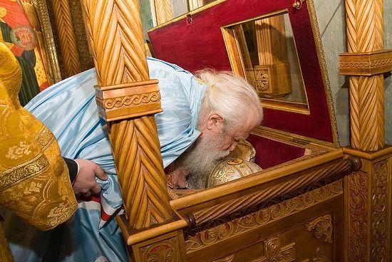 Митрополит Лавр у мощей сщмч. Илариона в Сретенском монастыре. Фото: Г.Балаянц / Православие.Ru