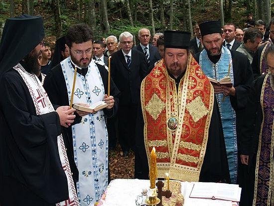 Епископ Горнокарловацкий Герасим (Попович) служит парастас по жертвам усташей