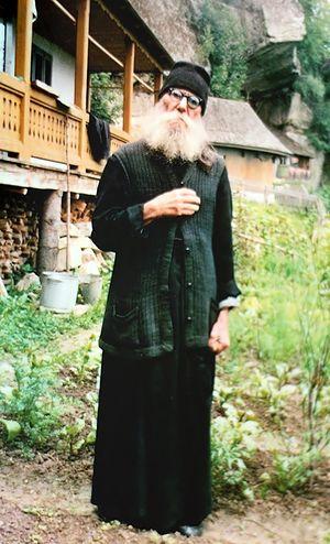 Отец Паисий перед своей кельей в скиту Сихла