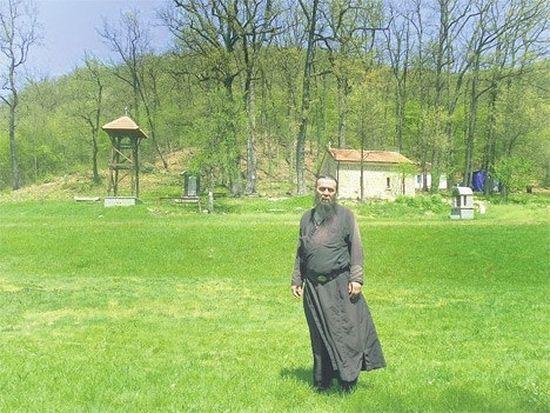 Отец Иоанн перед восстановленной церковью Святой Параскевы. Фото: Б. Радомилович